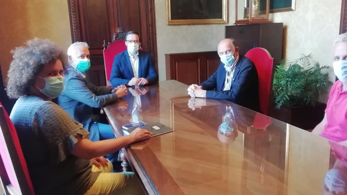 El presidente de la ADEE, Paal Barkvoll y una delegación de la Escuela Universitaria ADEMA mantienen una entrevista con el rector de la UIB, el catedrático Jaume Carot, y el alcalde de Palma, José Hila