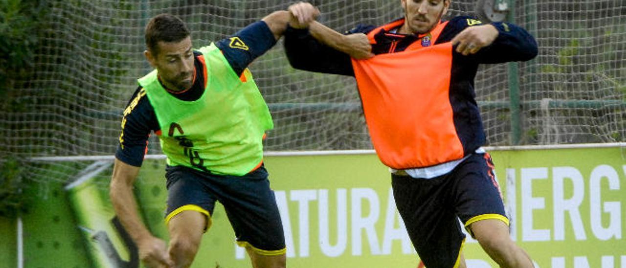 Pedro Bigas y David García disputan un balón durante el entrenamiento del martes en Barranco Seco.