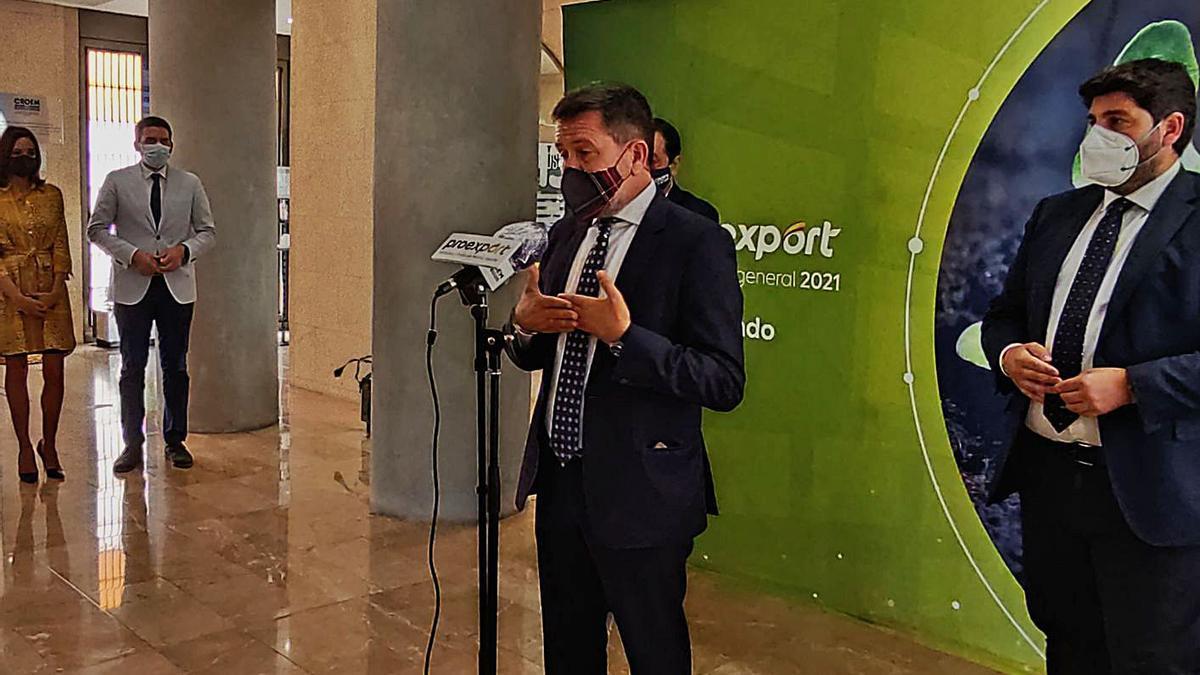 Juan Marín Bravo, presidente de Proexport, en su intervención junto a López Miras. | L.O.