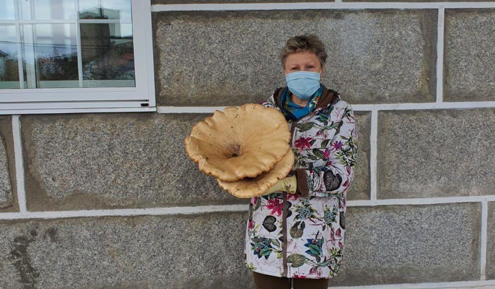 La alcaldesa de Castro Caldelas fue la autora del hallazgo de una seta gigante de 4,5 kilos