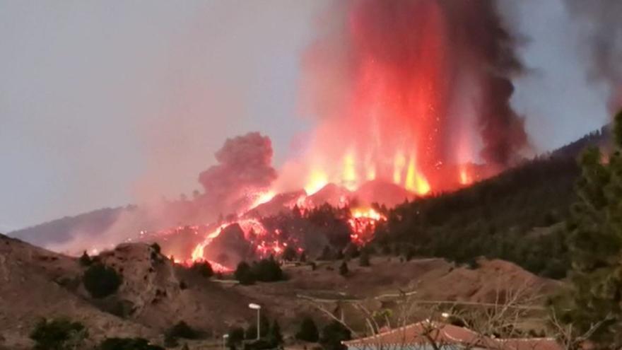 Así corre la lava por las laderas de La Palma