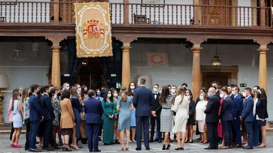 Los Reyes animan a los estudiantes asturianos a viajar y ponen de ejemplo la estancia de Leonor en Gales