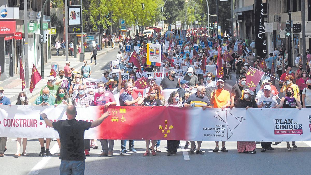 La marcha, en Gran Vía, encabezada por una versión adaptada de la bandera de la Región.