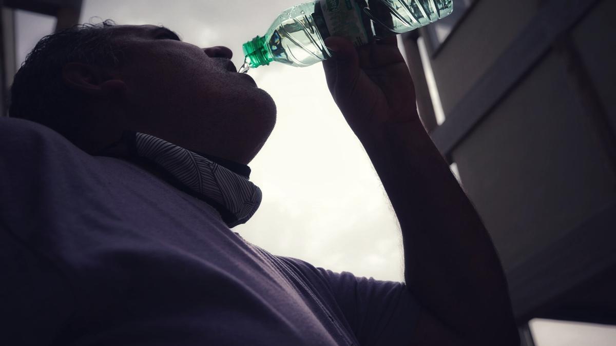 Un hombre bebe agua debido a las altas temperaturas en Tenerife.
