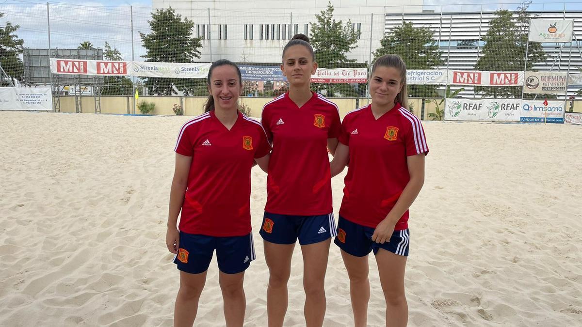 María Herrero, Delia Baz y María Barquero, en mayo con la selección. La última volverá a ir con la Roja.