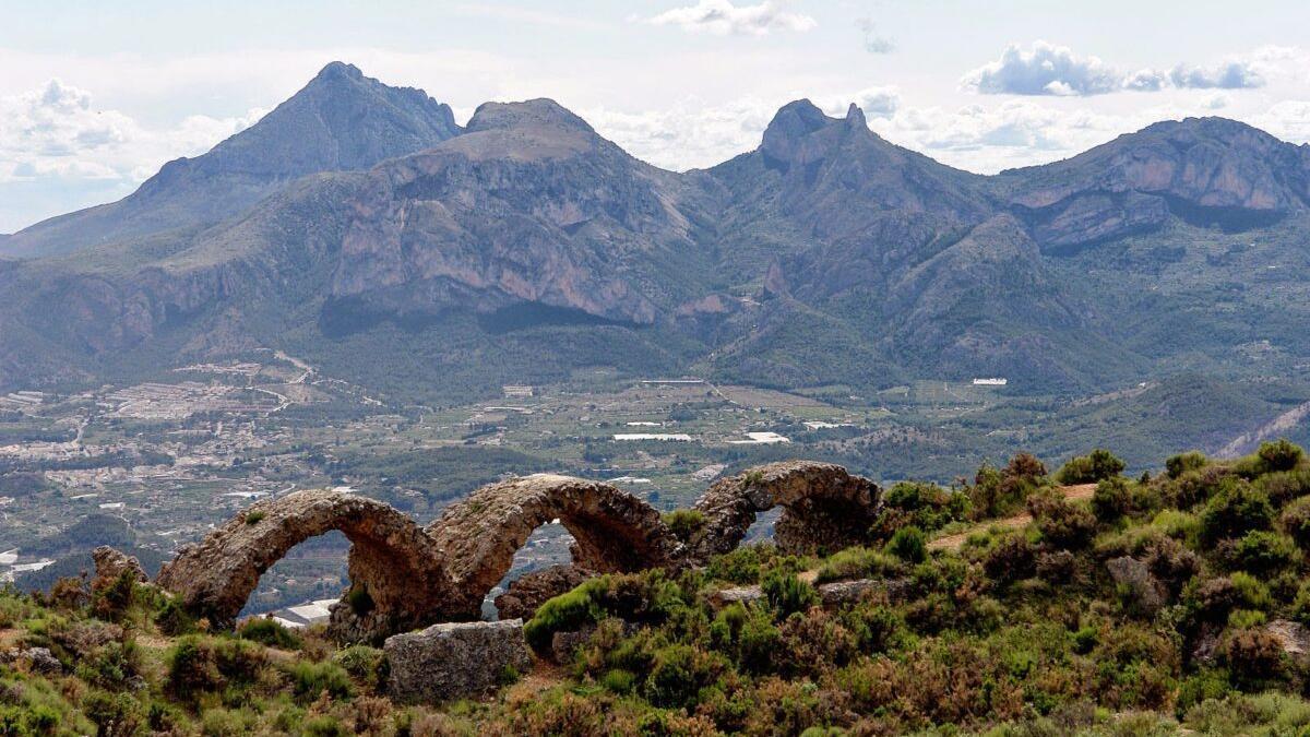 Una urbanización amenaza un área protegida de la Serra de Bèrnia, en Alicante