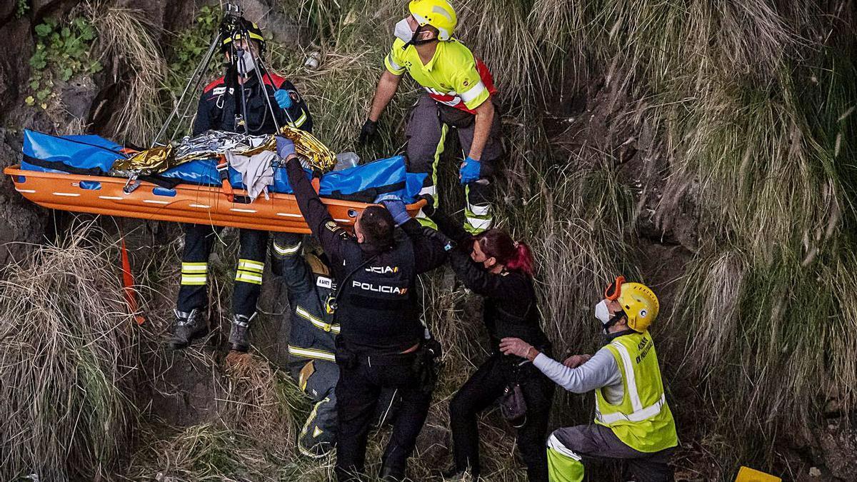 Intervención por una mujer que se precipitó desde  el Puente Zurita | ANDRÉS GUTIÉRREZ