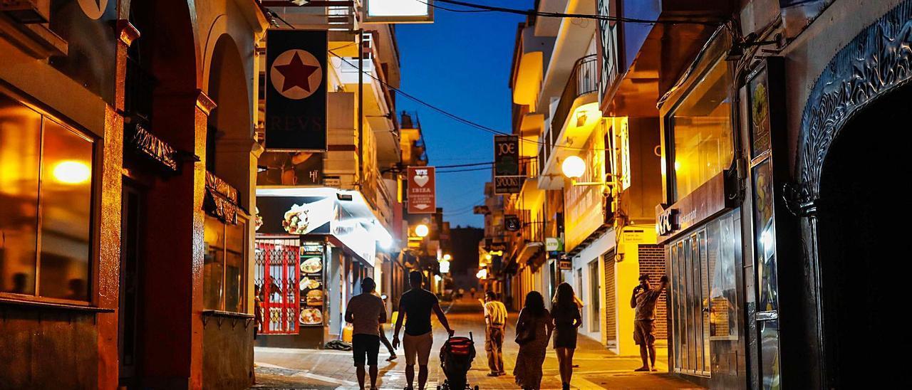 Varias personas pasean por la zona del West End, en Sant Antoni, en una imagen de julio del año pasado. | ZOWY VOETEN
