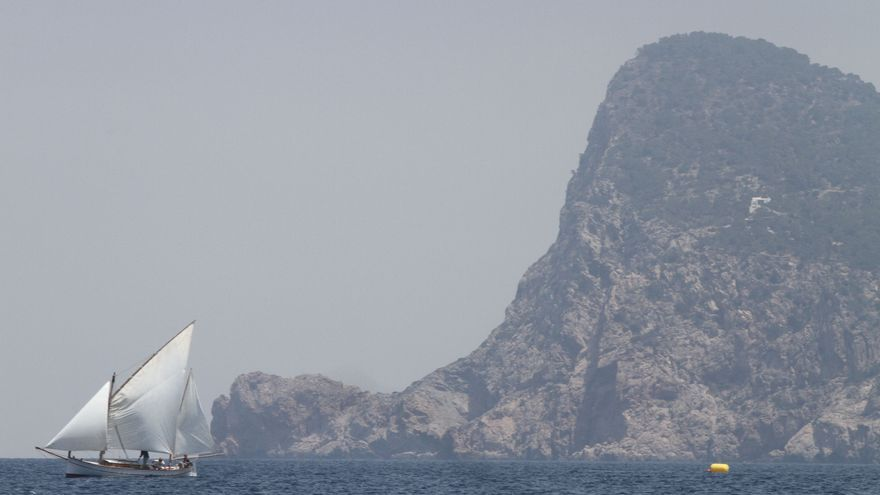 Los bomberos de Ibiza rescatan a un senderista en es Cap Nunó