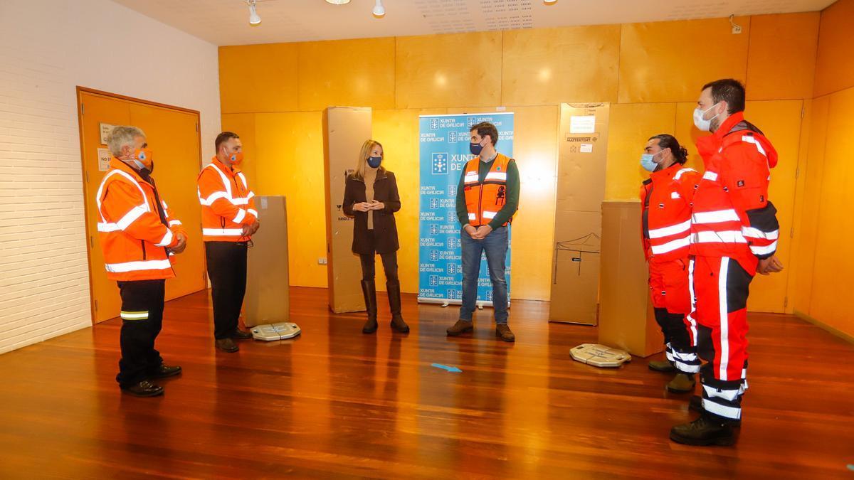 La delegada de la Xunta en Vigo entrega las tiendas de campaña a Cangas (izda.) y Porrriño.
