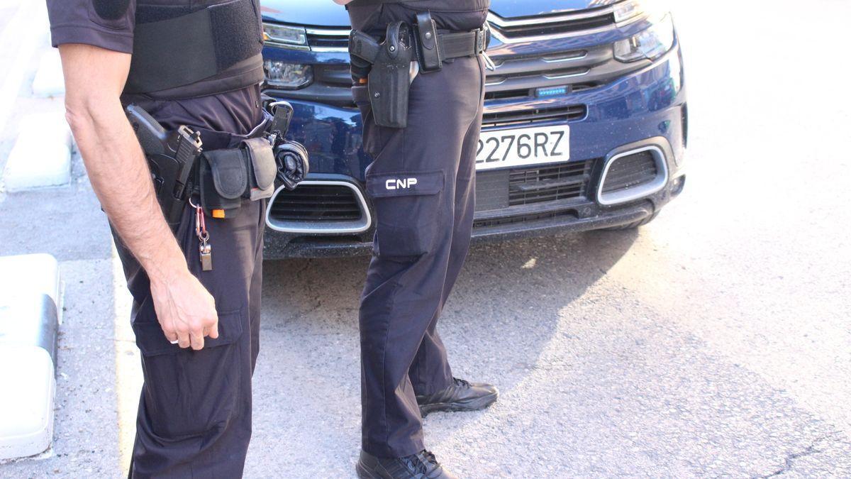 Dos agentes de la Policía.
