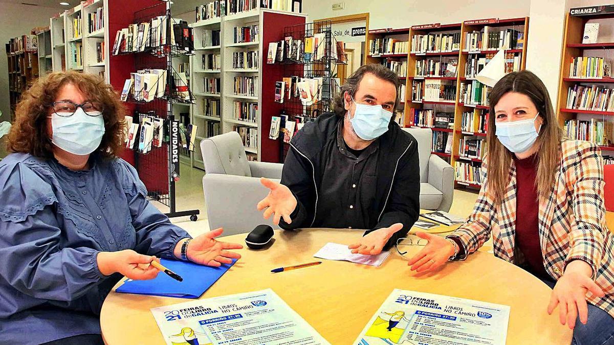 Cami Moreira, Carlos Blanco y Victoria Alonso, ayer, en la presentación de la Feria del Libro.     // D.P.
