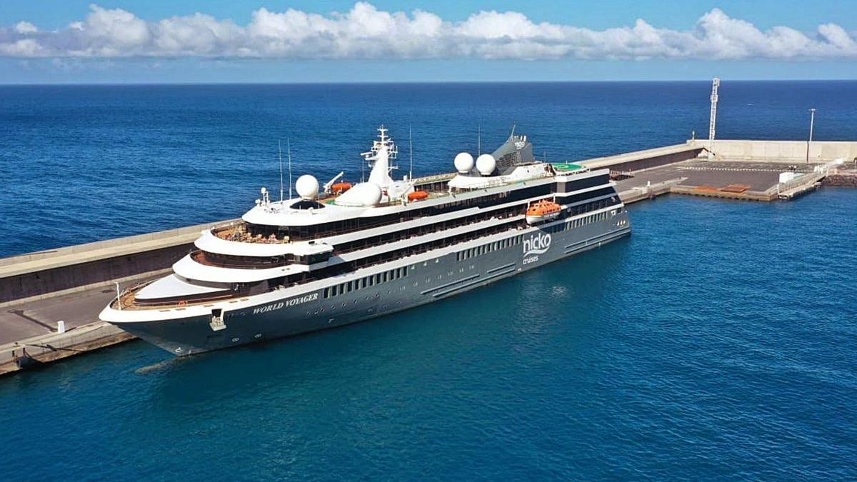 El crucero 'World Voyager', en el puerto de Vueltas (Valle Gran Rey). | | E.D.