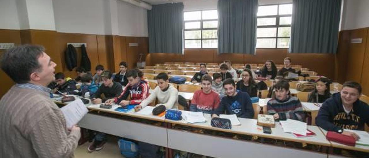Una de las clases teóricas de la jornada de Estalmat celebrada el sábado en la UA.