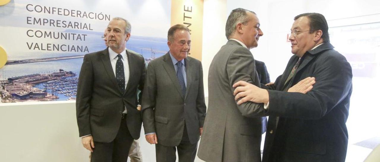 Navarro y Arias saludándose ayer en la sede de la CEV en Alicante, con Palacio y Riera al fondo.
