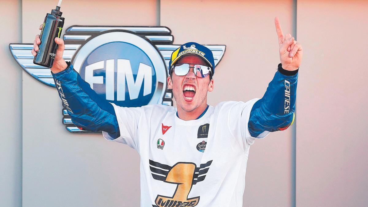 El palmesano, con los brazos en alto, celebra su triunfo en MotoGP.
