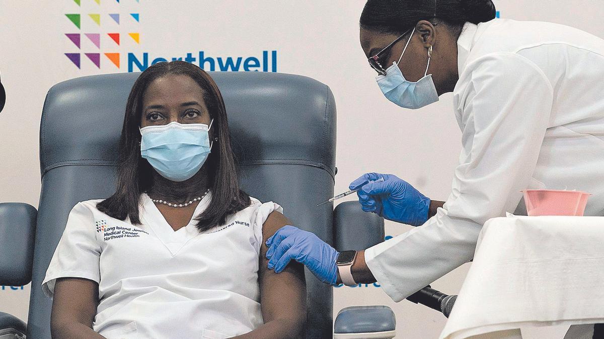La primera persona en ponerse la vacuna en Nueva York.