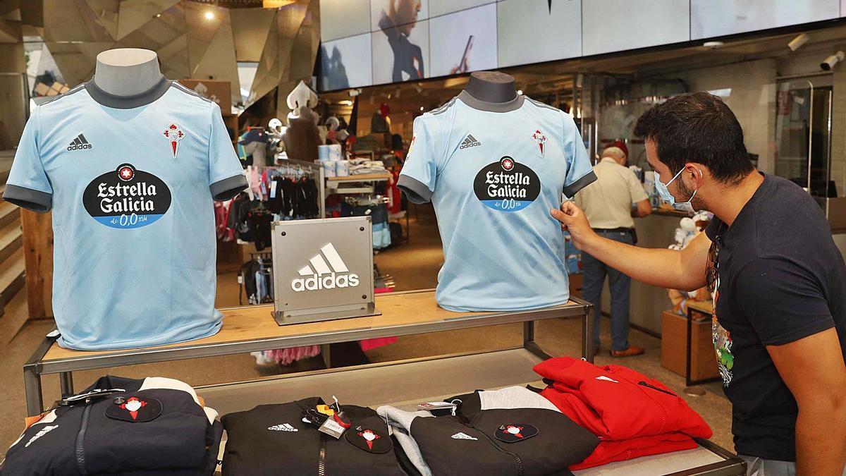 Un aficionado del Celta toca la nueva camiseta en la tienda del club en Príncipe. // PABLO HERNÁNDEZ