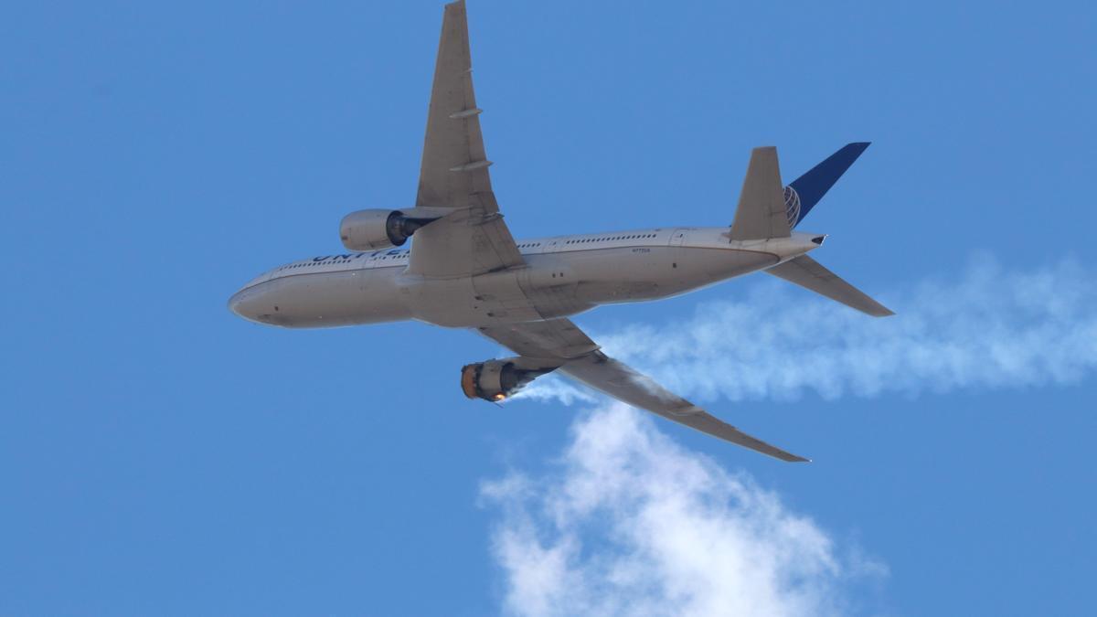 Imagen del avión con su motor derecho en llamas.