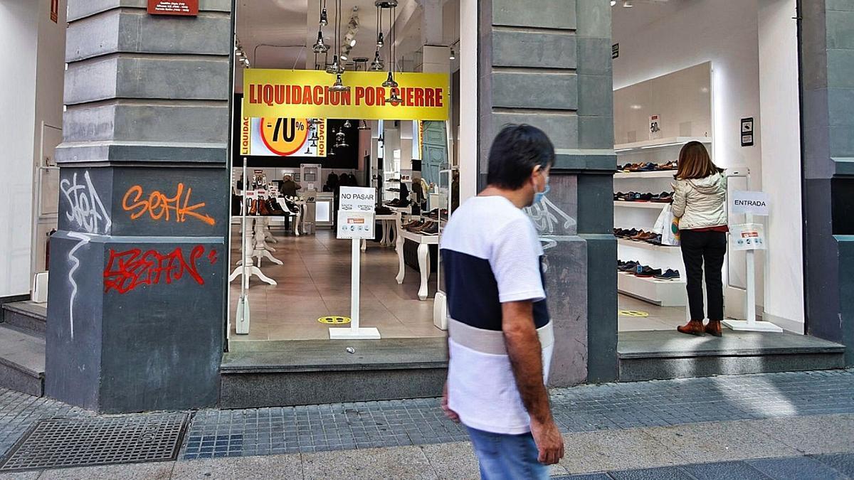 Una tienda de Santa Cruz de Tenerife con el cartel de 'Cierre por liquidación' por la caída de las ventas a causa de la pandemia.