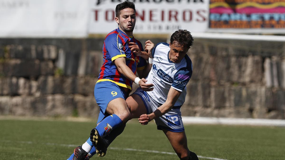 Nando pugna por el esférico con un rival en un partido de la pasada temporada.