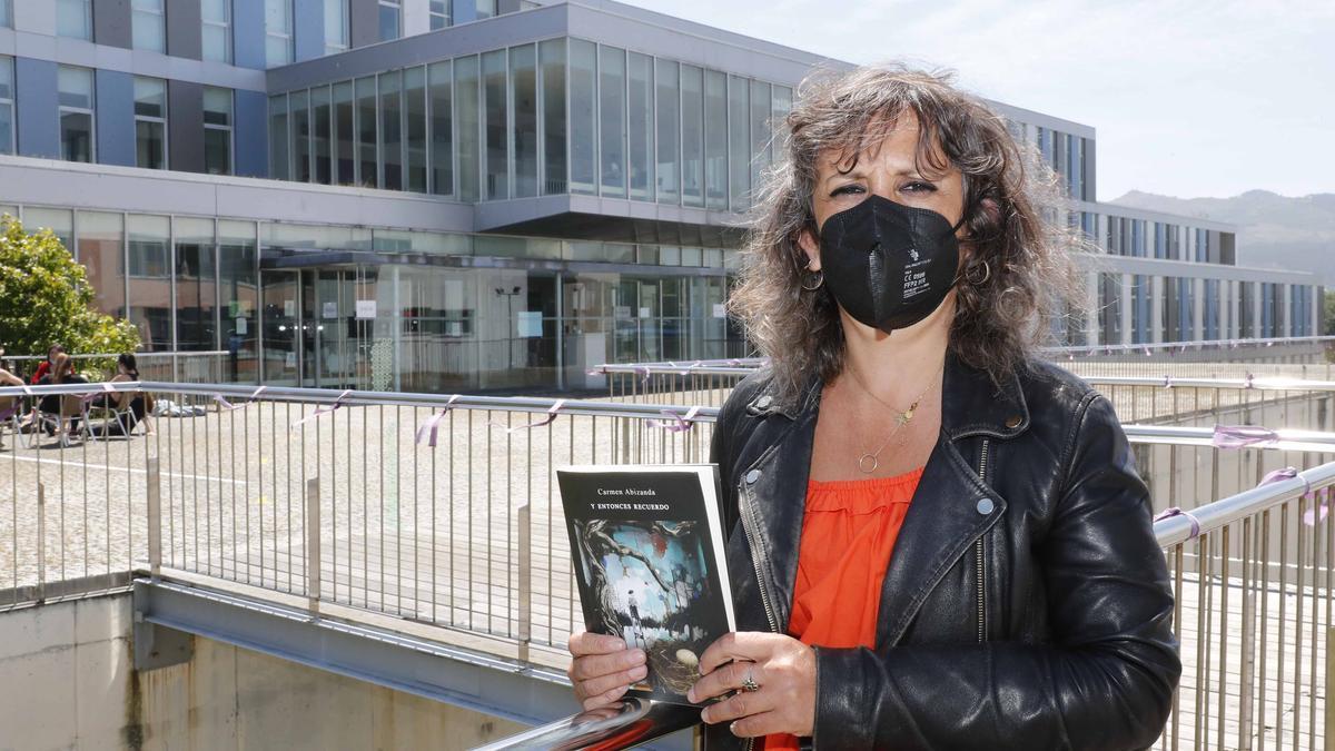 Carmen Abizanda, con su nueva obra. // Pablo Fernández Gamarra