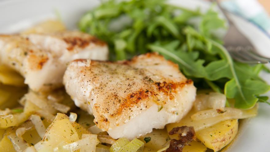 Bacalao asado con cebolla confitada y ensalada de rúcula