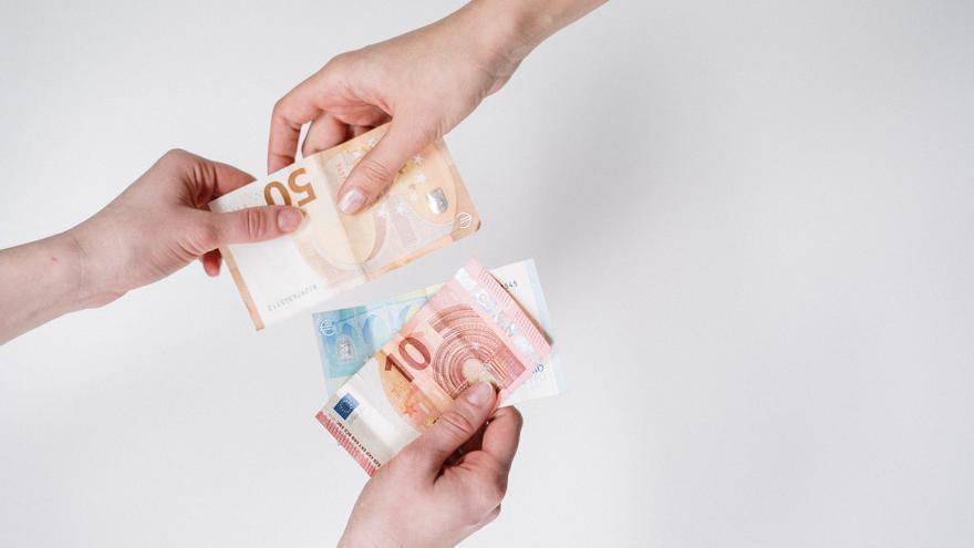 El timo del cambio de dinero que debes conocer para que no te estafen