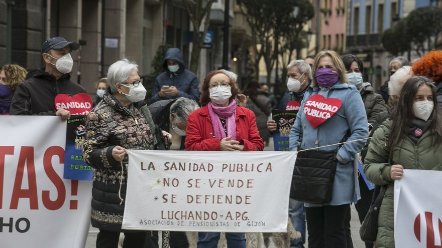 Cadena humana alrededor de la Junta General del Principado organizada por la Coordinadora Antiprivatizacion de la Sanidad