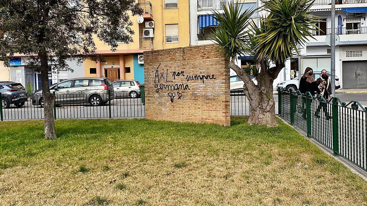 Pintada en la plaza Joan Fuster de Carlet que ya ha limpiado el ayuntamiento. | LEVANTE-EMV