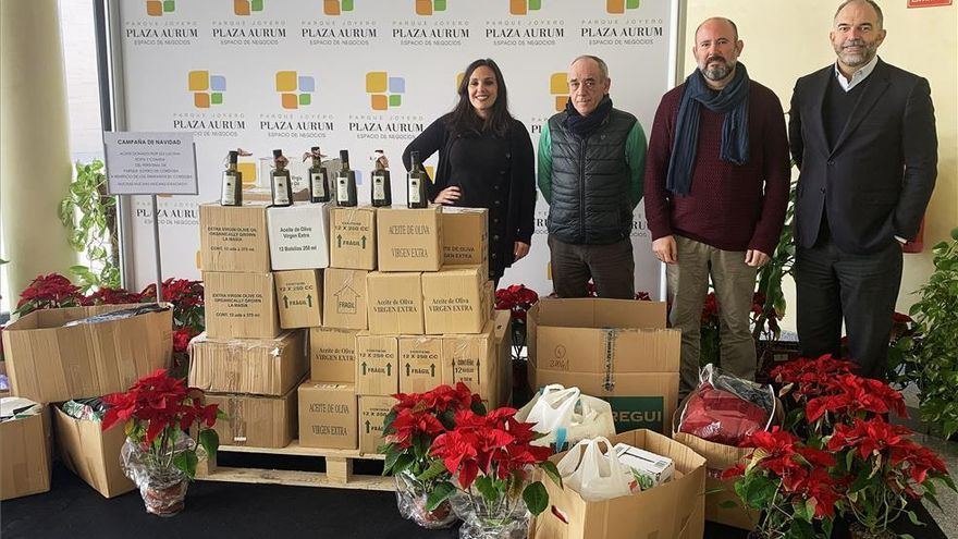 El Parque Joyero de Córdoba entrega 500 botellas de aceite, comida y ropa al comedor social de Los Trinitarios