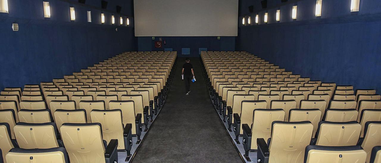 Patio de butacas de un cine, vacío, durante la pandemia.