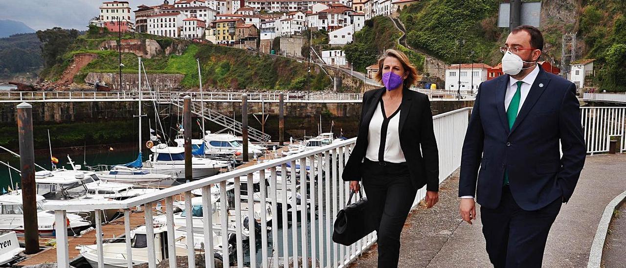 Adrián Barbón, ayer, en la zona del puerto de Lastres, con la alcaldesa, Sandra Cuesta.   A. Á.