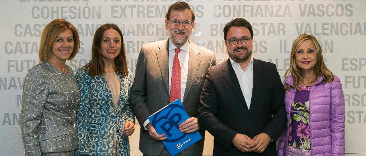 De izquierda a derecha Dolores de Cospedal, Cristina Tavío, Mariano Rajoy, Asier Antona y Australia Navarro.