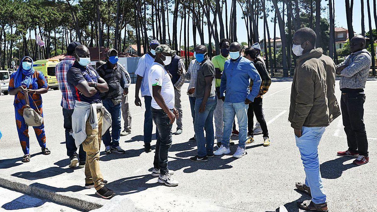 Un grupo de comerciantes de los mercadillos concentrados ayer en el entorno de Samil.