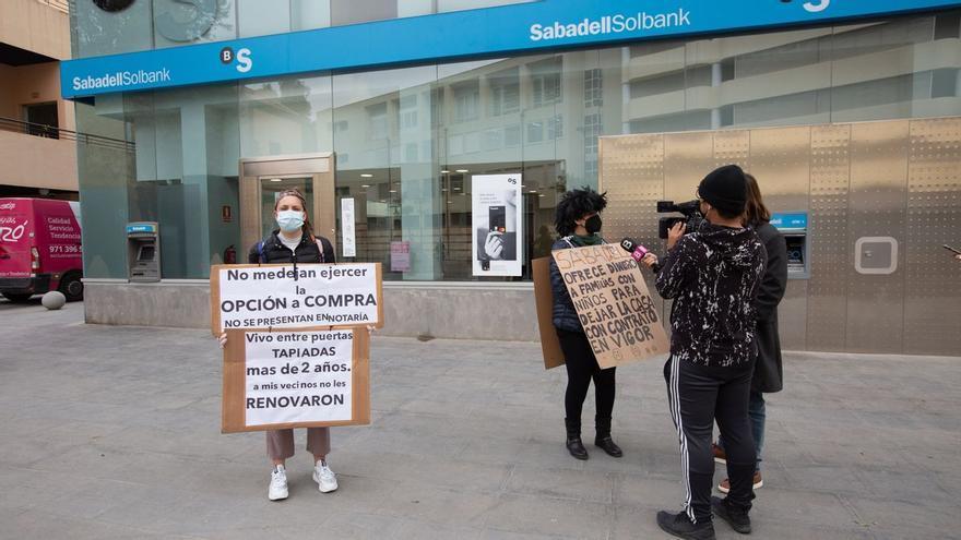 """Amenaza de desahucio en Ibiza: """"Vendieron los pisos a un fondo buitre, pero con nosotros dentro"""""""
