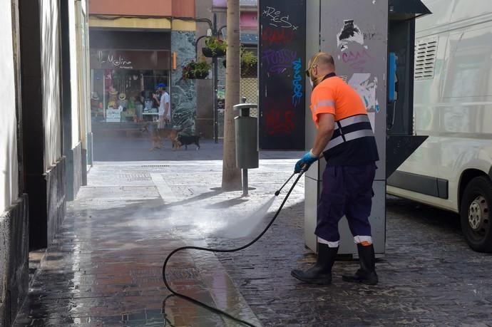 04-05-2020 LAS PALMAS DE GRAN CANARIA. Operarios municipales desifectando en la calle Travieso. Fotógrafo: Andrés Cruz    04/05/2020   Fotógrafo: Andrés Cruz