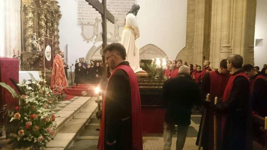 Los hermanos del Santísimo Cristo de la Misericordia estrenan hábito durante su procesión