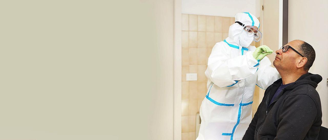 La enfermera contratada por Barreras realiza un test de antígenos a un trabajador. |   // FDV