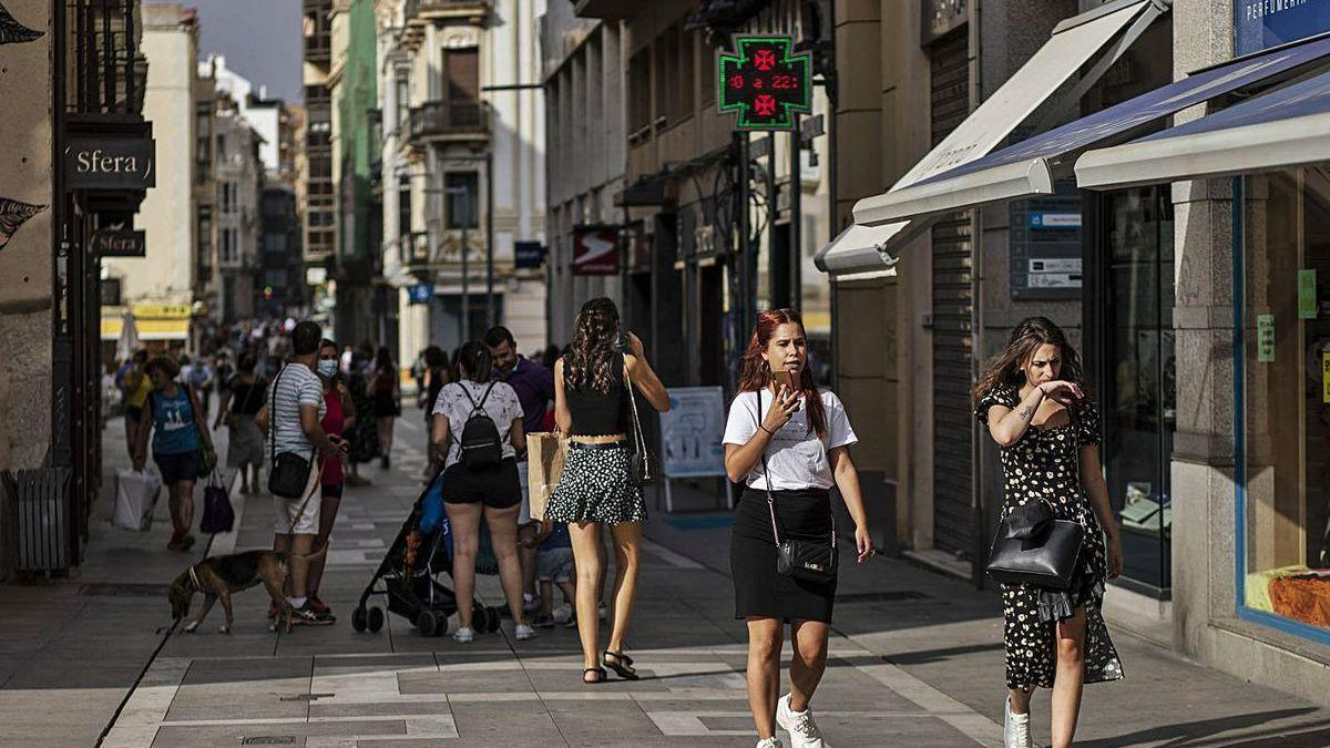 Personas caminan por Santa Clara durante la tarde de ayer.