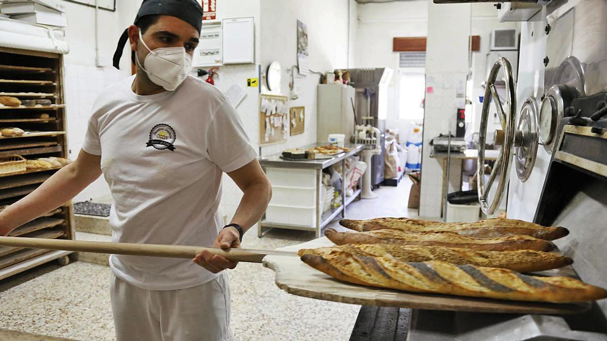 Un trabajador con barras de pan recién hecho, ayer en la Panadería Otón, de la ciudad de Cartagena.