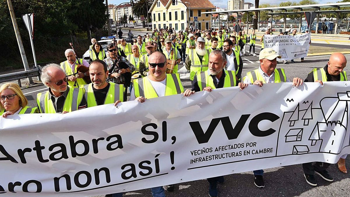 Protesta de vecinos y políticos del área, contra el trazado de la ártabra, en 2019. |   // VÍCTOR ECHAVE