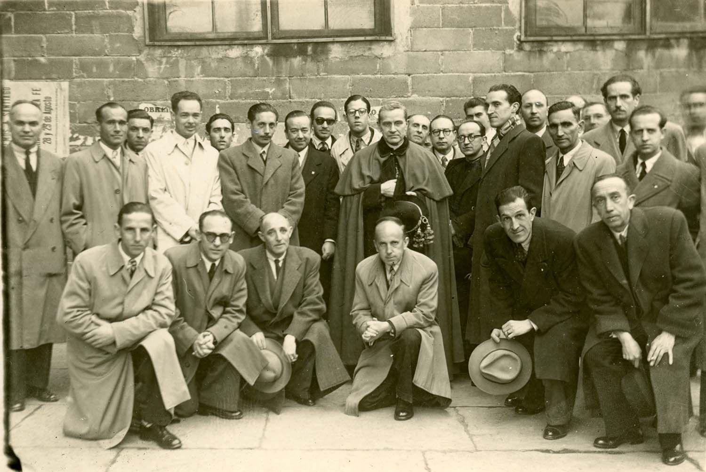 Pardo (Oviedo). Participantes de las Conferencias Cuaresmales en la Catedral de Oviedo con el obispo Benjamín de Arriba y Castro, 14/3/1948 | Donación María Luisa López Llano