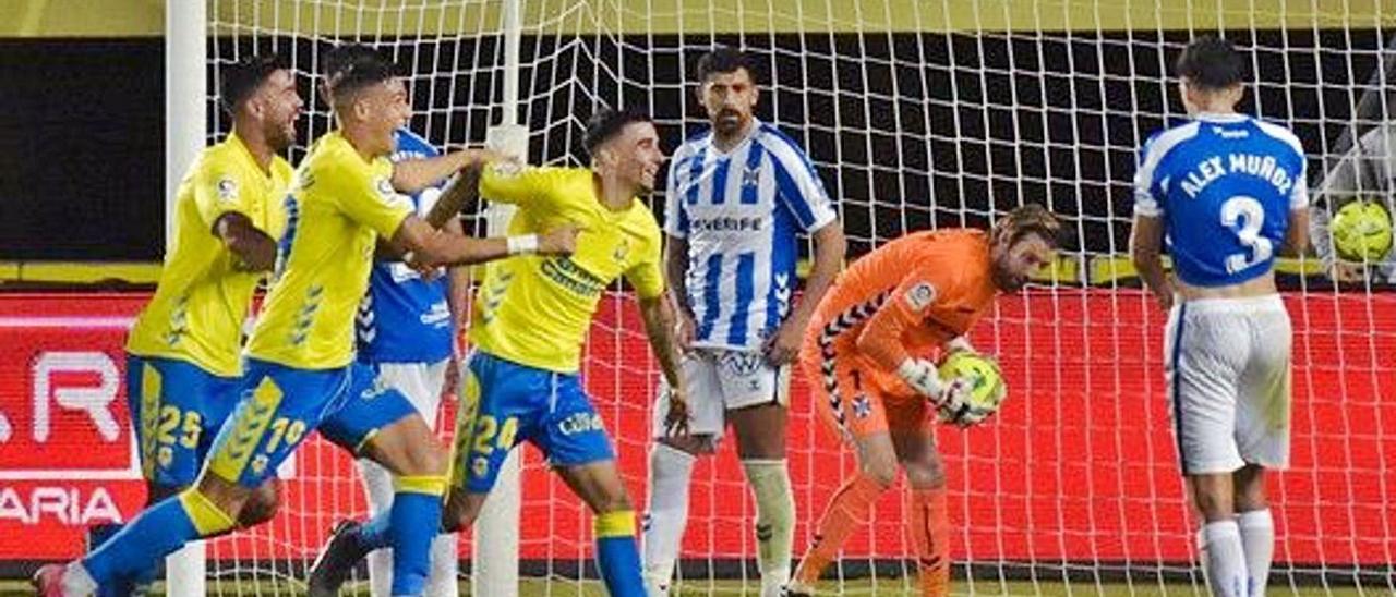 Ortolá, exportero del Tenerife, recoge el balón de la portería después de su autogol, en noviembre de 2020