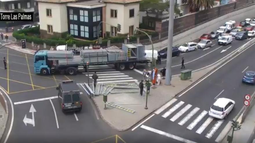 Gran atasco en Julio Luengo tras perder un camión parte de su carga.