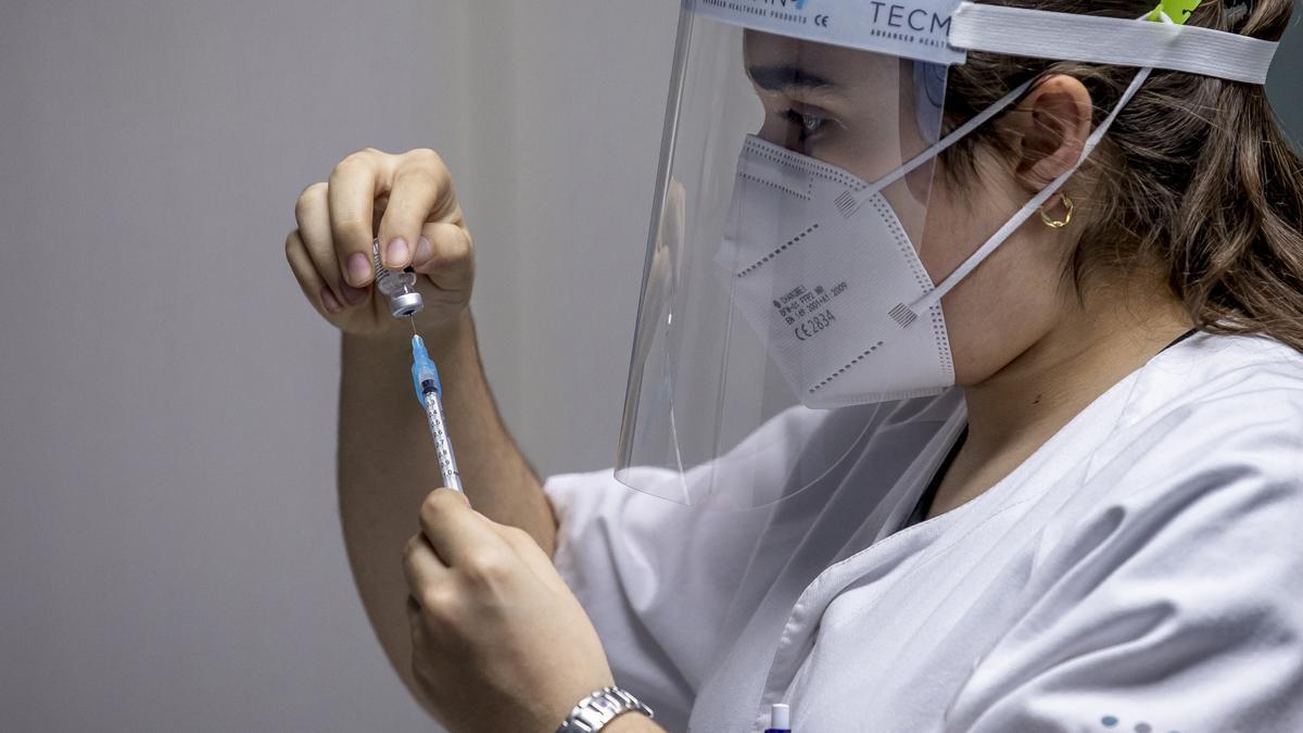 Arranca la vacunación de sanitarios que trabajan en 'primera línea covid'