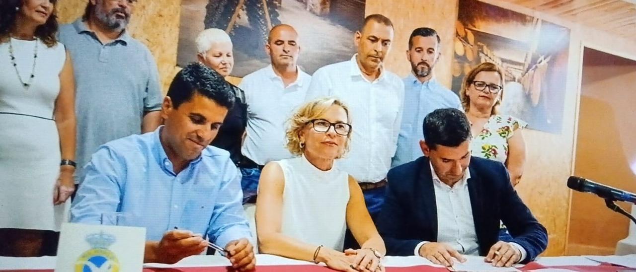 Narvaéz junto a Henríquez y Marichal el día de la firma del pacto de gobierno.