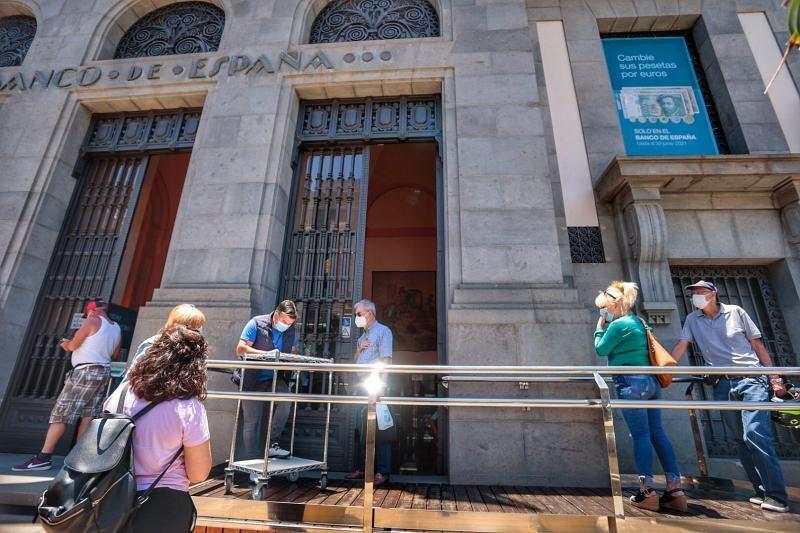 Colas en el Banco de España de Santa Cruz de Tenerife de gente cambiando las últimas pesetas