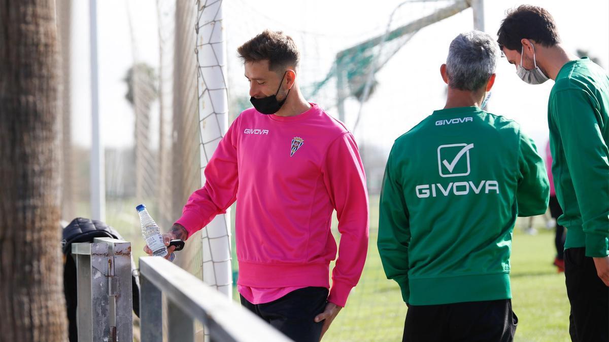 Alberto Ródenas, en un entreno del Córdoba CF, con el doctor Bretones.