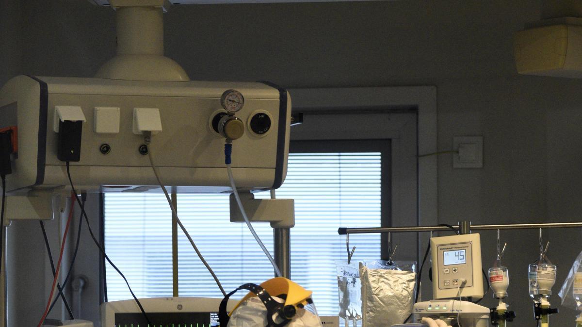 Un sanitario del Reina Sofía atiende a un paciente covid aislado en la UCI. ISRAEL SÁNCHEZ